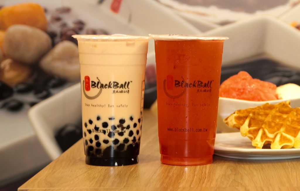 Two cups of bubble tea side by side