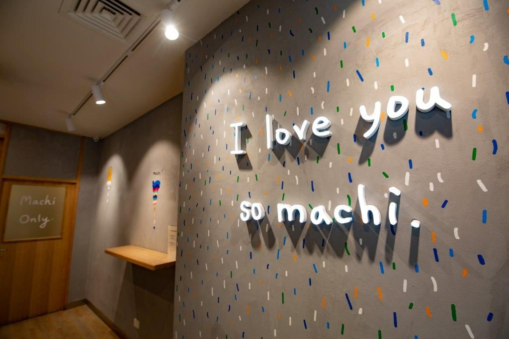 The wall of a shop with writing on it that says 'I love you so Machi'